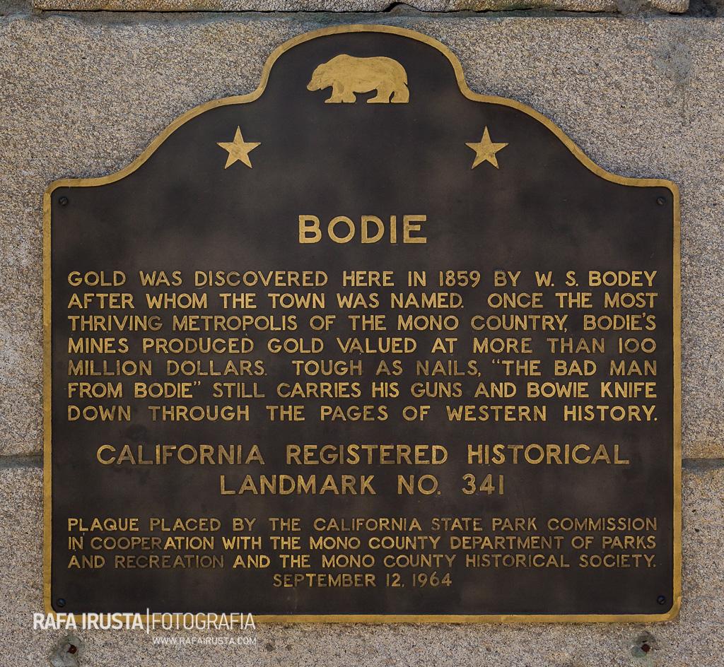 Monumento y placa conmemorativa en Bodie, California, USA