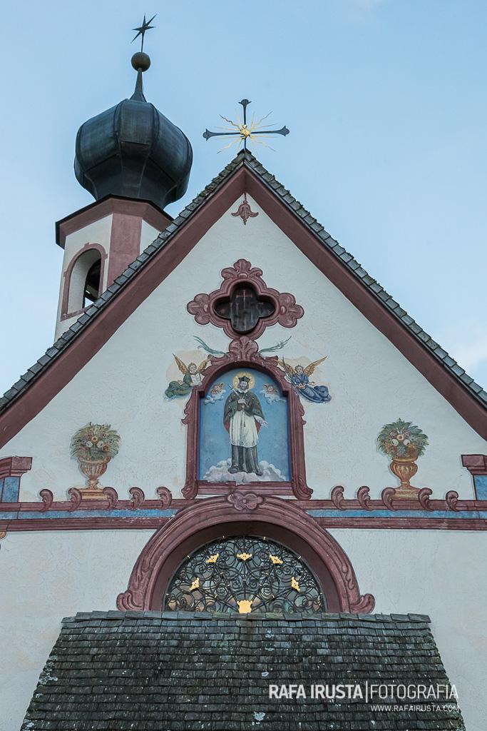 Fachada Iglesia de St Johann (San Giovanni) , Valle de Funes, Dolomitas, Italia