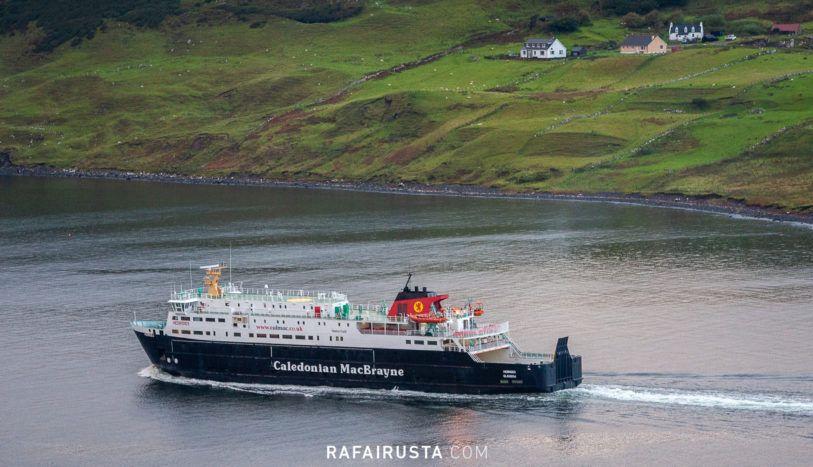 Ferry saliendo de la Bahía de Uig, Escocia