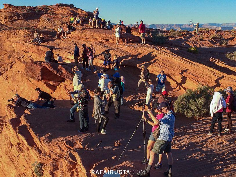 Turistas al atardecer en Horseshoe Bend, USA