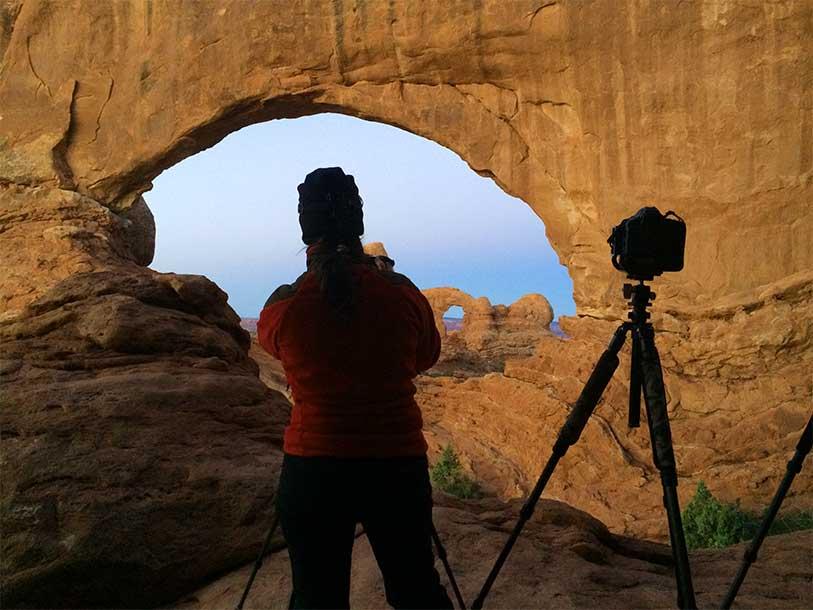Iratxe fotografiando en North Window, Arches National Park, Utah, USA